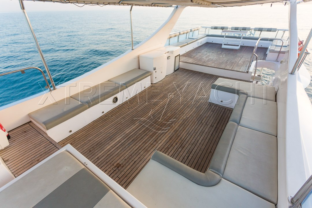 90ft Spacious Yacht Rental-3
